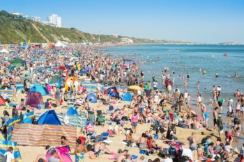 Council declares major incident as thousands flock to beach image