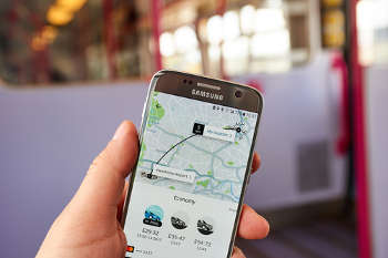 Uber loses licence to operate in London image